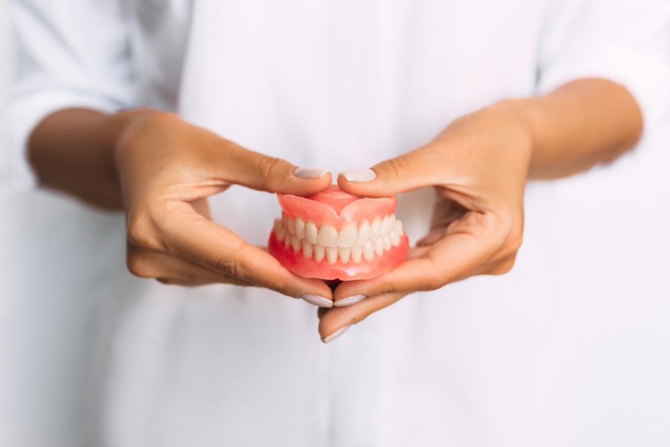 5 Benefits of Wearing Dentures